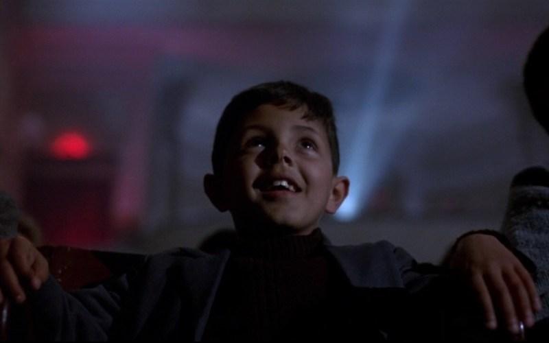 Chłopiec siedzący w kinie