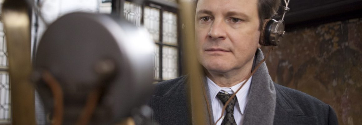 "Kadr z filmu ""Jak zostać królem"". Colin Firth stoi przed mikrofonem"