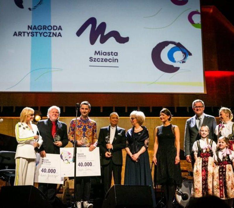Laureaci oraz przedstawiciele magistratu Nagrody Artystycznej Szczecina na scenie Filharmonii w Szczecinie.