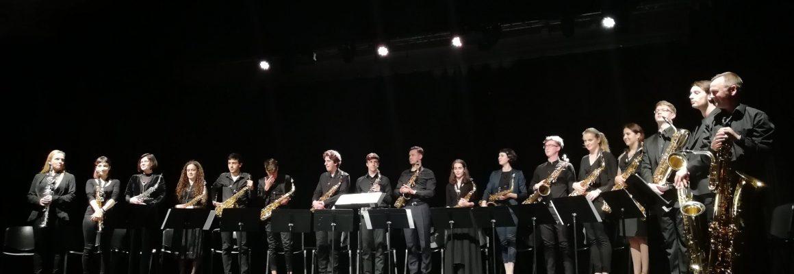 Młodzi saksofoniści na scenie