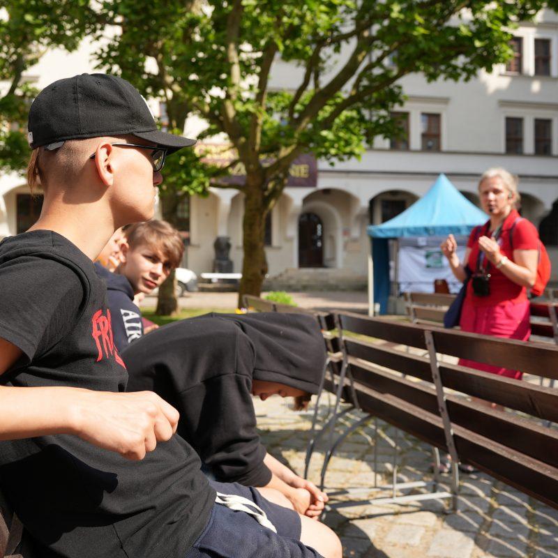 Młodzież słucha jak Małgorzata Duda opowiada o Szczecinie