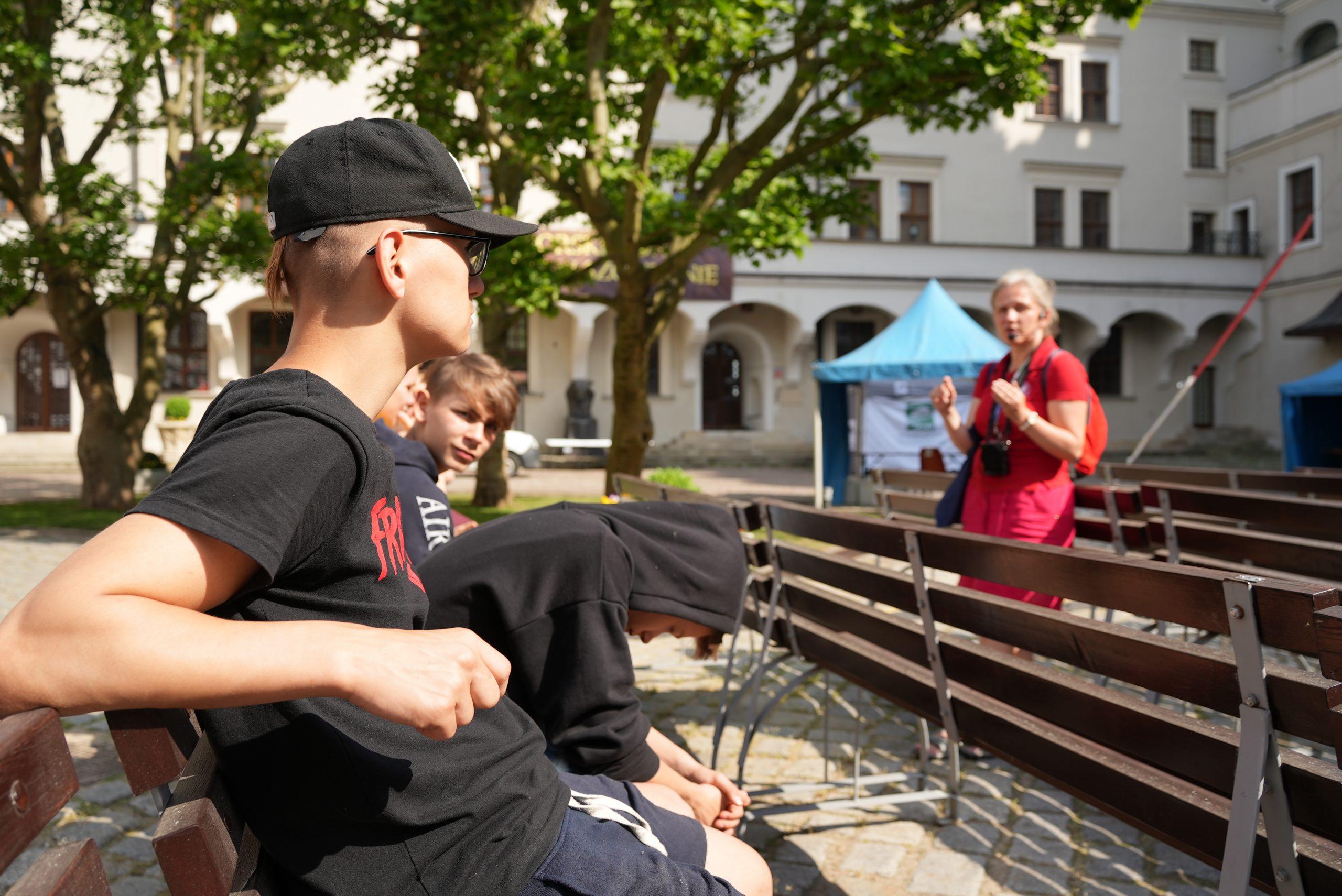 Młodzież słucha jak Małgorzata Duda opowiada oSzczecinie
