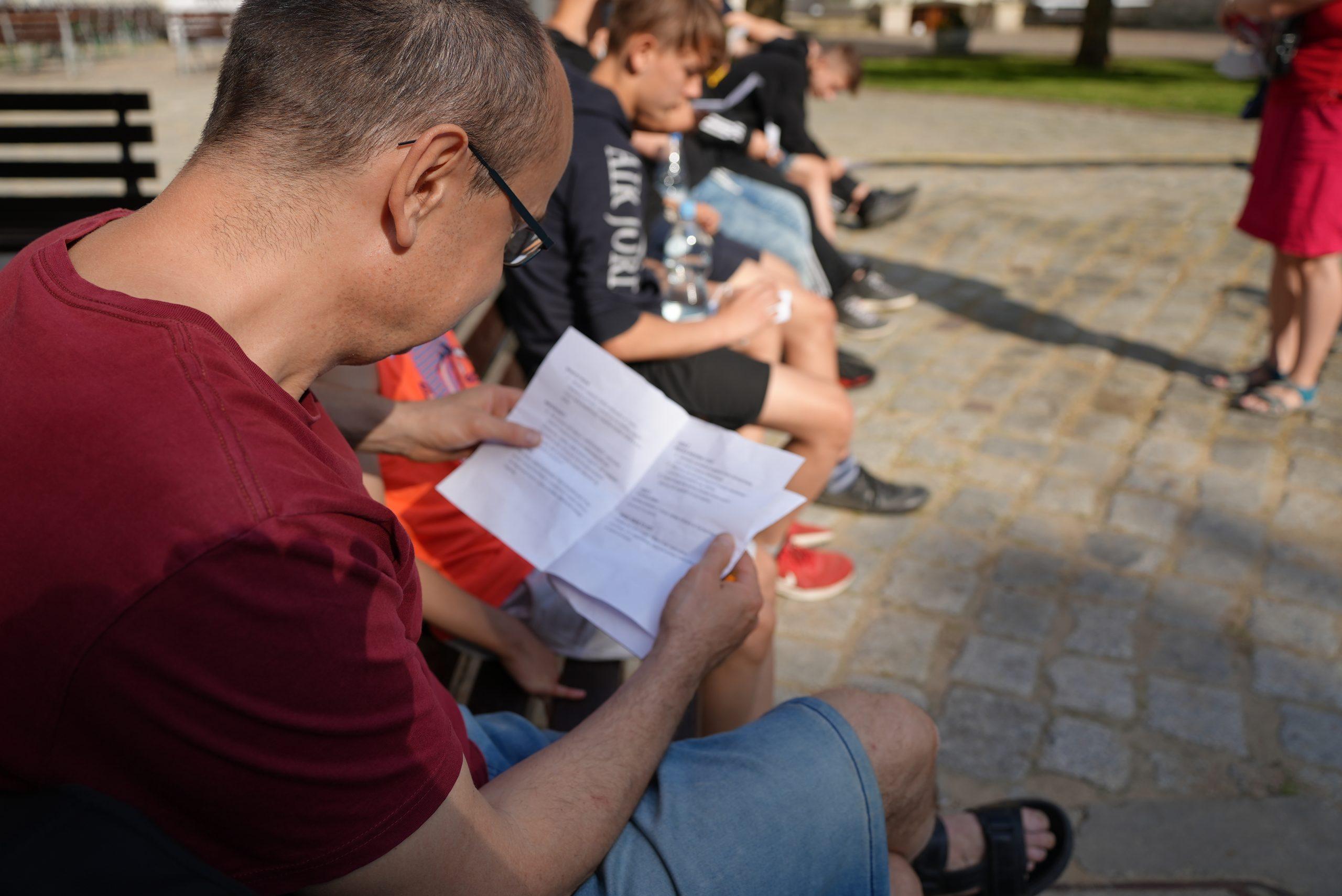 Uczestnicy spaceru oglądają materiały