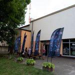Klub Delta, wktórymodbywa się część projekcji ispotkań wramach 15. DWF. Przedbudynkiem flagi DWF